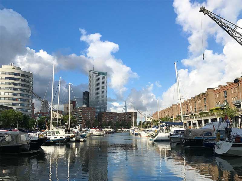 Die City Marina Rotterdam liegt im historischen Entrepot-Hafen und bietet einen reizvollen Kontrast zwischen alter und neuer Architektur