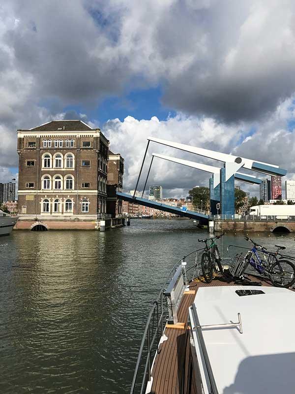 Die Hebebrücke vor der City Marina Rotterdam wird geöffnet, damit wir aus dem Hafen ausfahren können