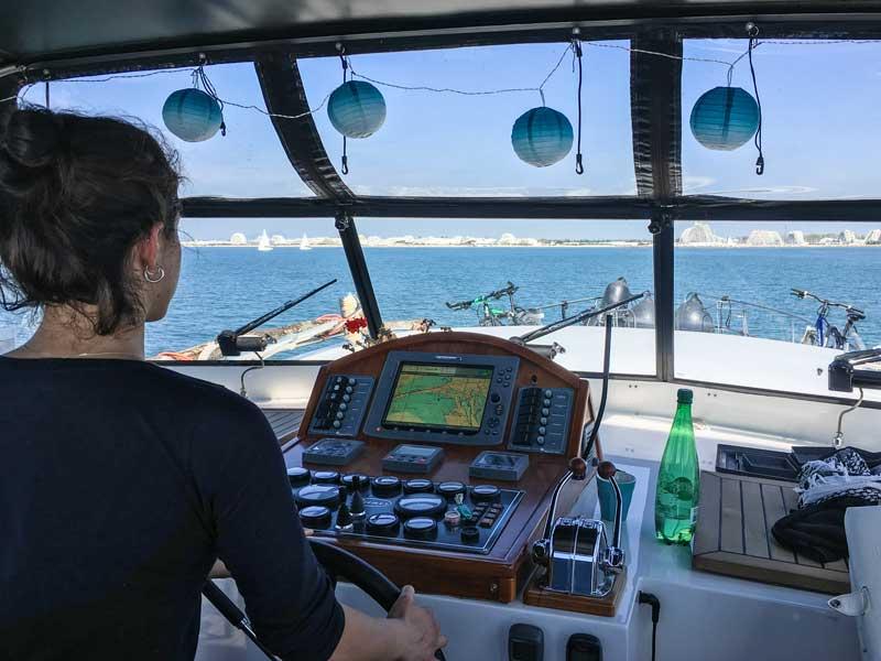 Nichte Anna bekommt ihre erste Fahrstunde mit dem Boot