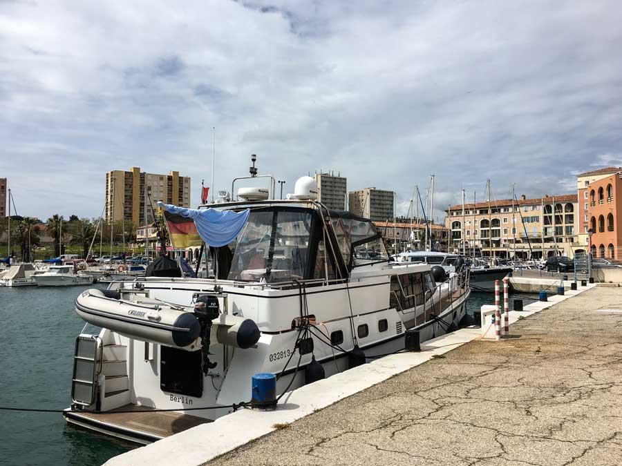 Für größere Boote gibt es einige wenige Liegeplätze seitlich am Quai