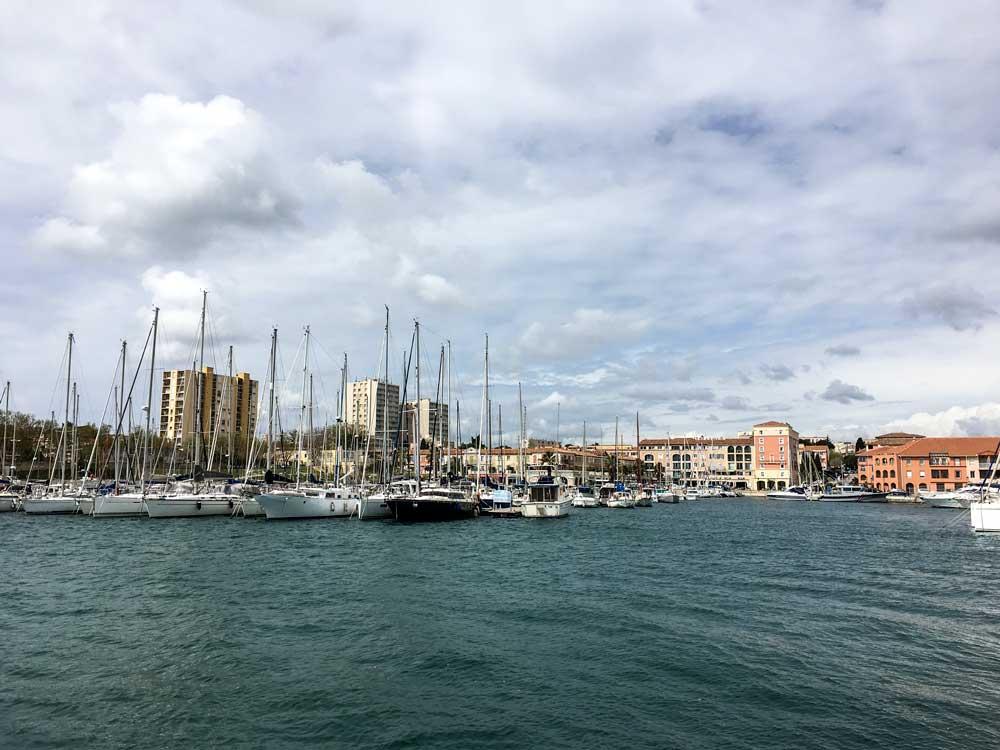 Wenn man die äußere Hafenmauer hinausläuft, hat man ein recht guten Blick auf den Yachthafen