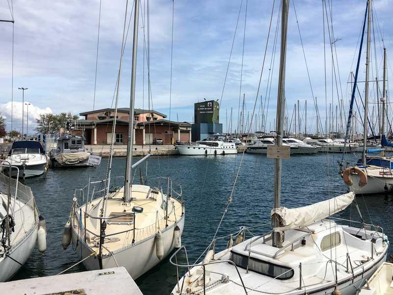 Von der anderen Seite des Hafens hat man hier den Blick auf den ehemaligen Fischmarkt