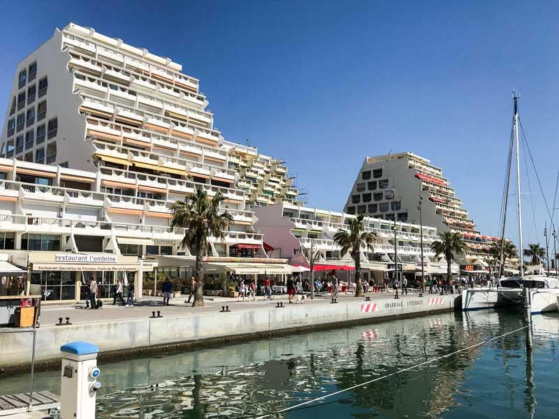 Die Promenade am Yachthafen ist gesäumt von Geschäften und Restaurants