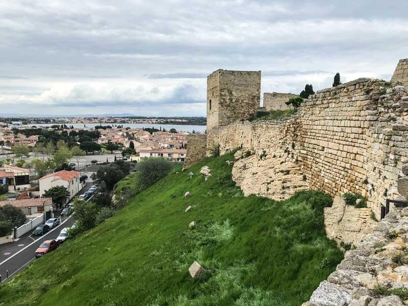 Von der Festung auf dem Burghügel hat man einen schönen Blick auf den Étang de l'Estomac
