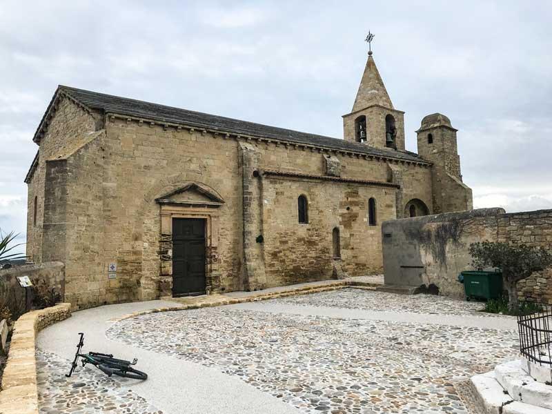 Die Église Saint Saveur in Fos-sur-Mer lässt sich im niedrigsten Gang gut mit dem Rad erreichen
