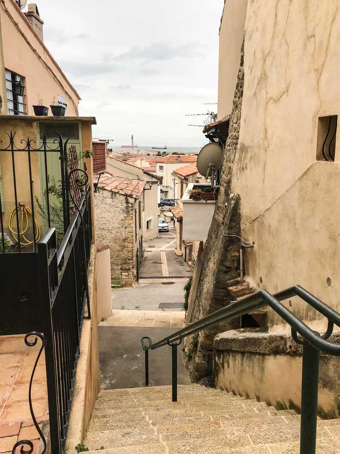 Steile kleine Gassen durchziehen die Altstadt von Fos-sur-Mer