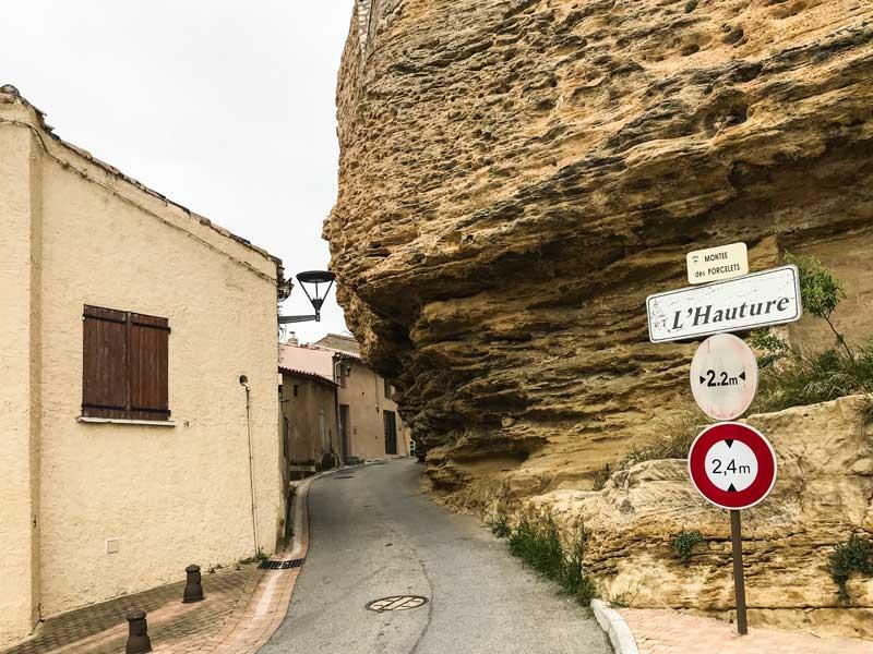 Die Auffahrt zur Festungsanlage von Fos-de-Mer führt unter dem Felsüberhang L'Hauture durch