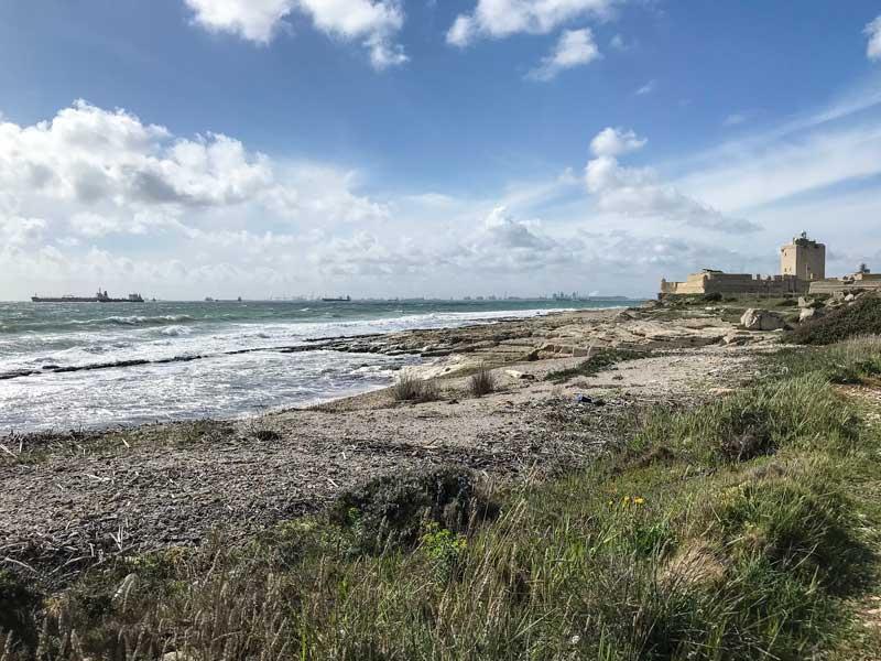 Die raue Küste am Golfe de Fos bei Port-de-Bouc regt zum Wandern oder Radfahren an