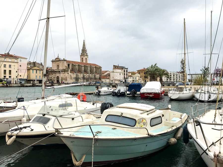 Vom Quai Brescon eröffnet sich über kleine Boote hinweg der Blick auf die Église de Saint-Genest