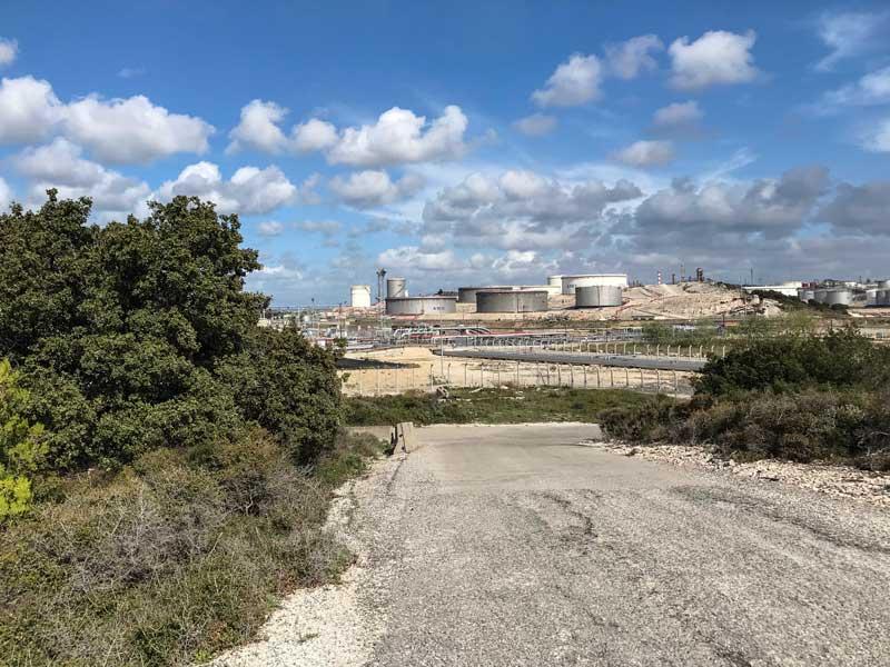 Diese Raffinerie ist mutmaßlich für den Schwefelgeruch im Yachthafen von Port-de-Bouc verantwortlich