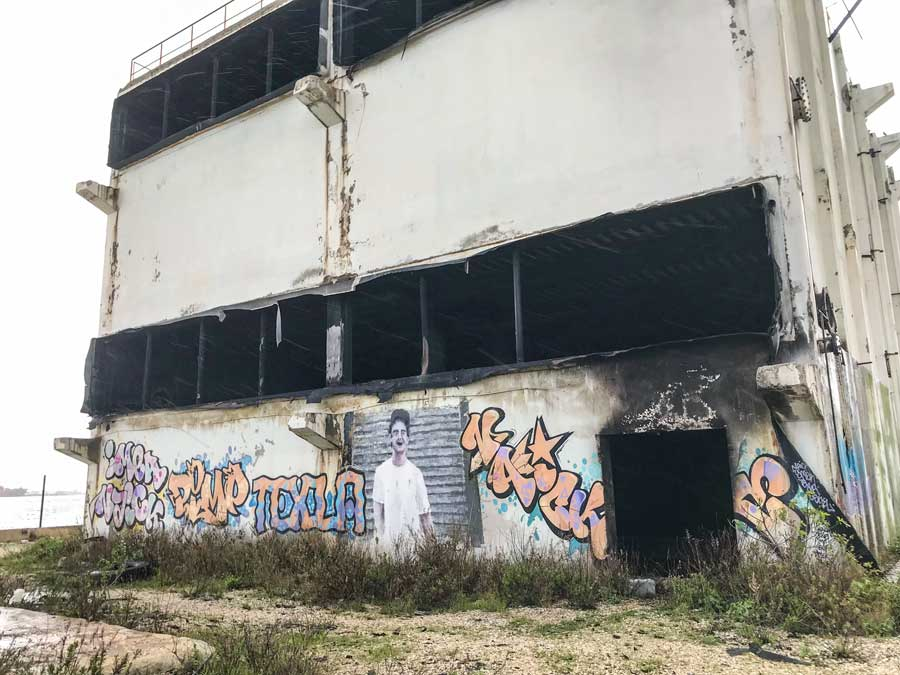 Street Art-Fans kommen in der Umgebung von Port-de-Bouc auf ihre Kosten, wie hier bei dieser ausgebrannten Industrieruine