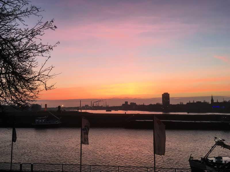 Bei Sonnenuntergang sehen auch die Industrieanlagen romantisch aus