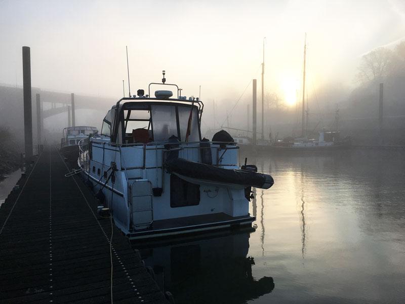 Im Dezember liegen morgens dicke Nebelschwaden über dem Wasser