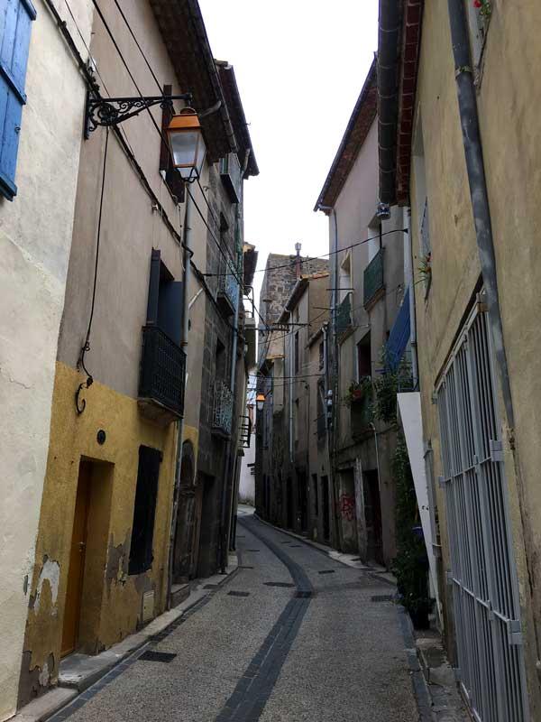 Die alten Häuser in Agde sind nicht nur durch das Objektiv verzerrt, sondern neigen sich tatsächlich zur den Gassen hin
