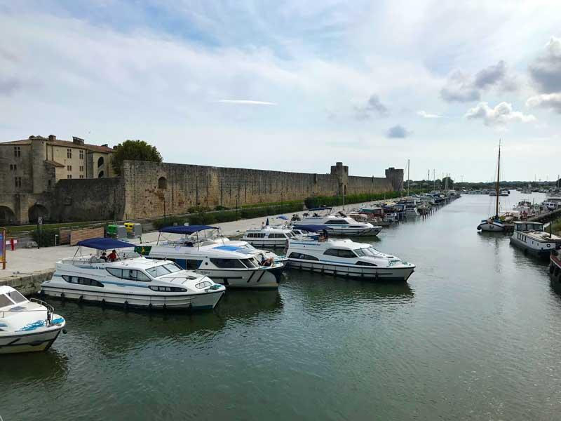Der Hafen von Aigues-Mortes liegt unmittelbar an der Festungsmauer
