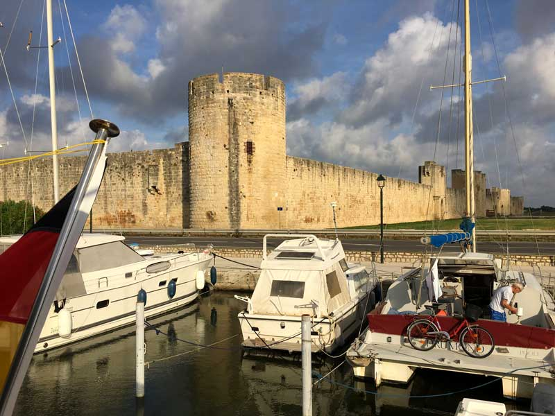 Vom Boot aus blicken wir direkt auf die Festungsmauer von Aigues-Mortes