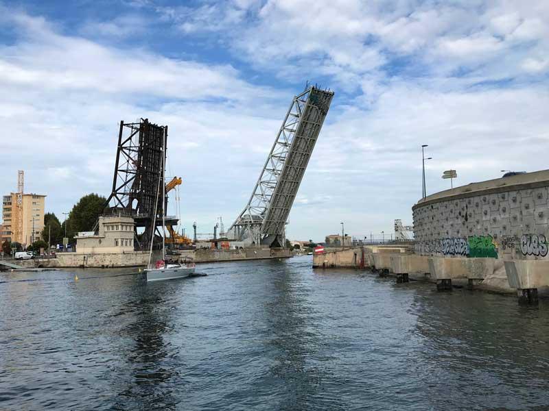 Brücke Nummer zwei, die Eisenbahnbrücke von Sète, ist auch schon geöffnet