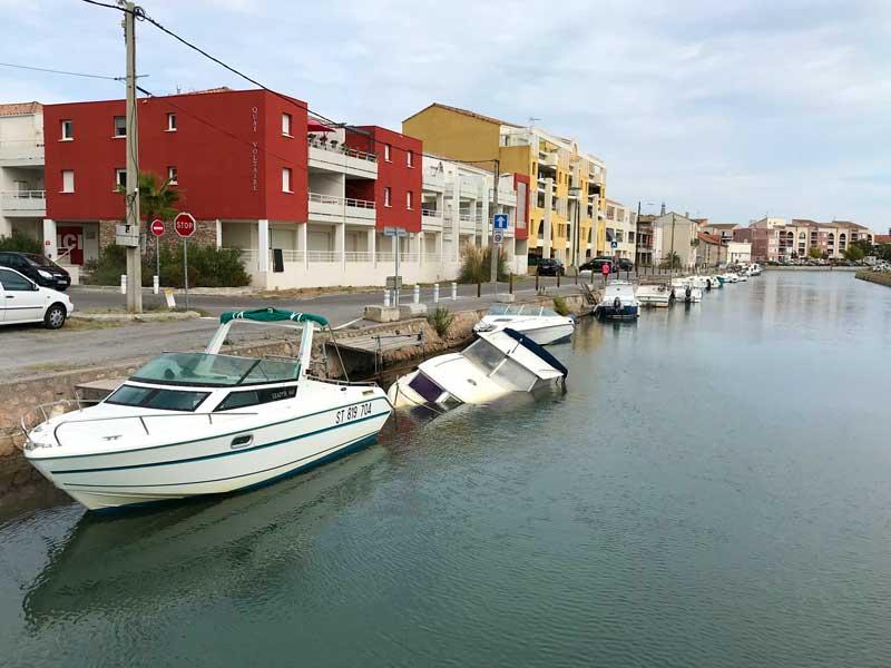 Entlang des Canal du Rhône à Sète sieht man etliche halb untergegangene Boote