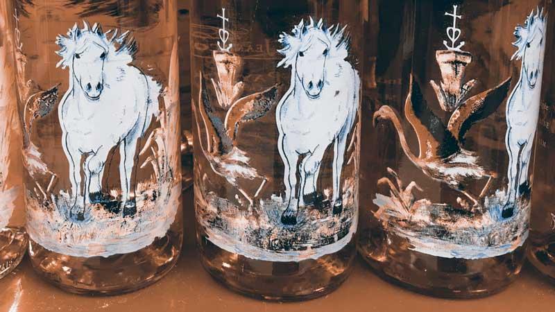Flamingos und weiße Pferde auf Weinflaschen aus der Camargue