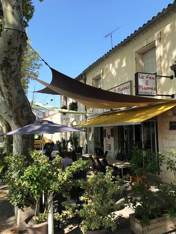 Das nette kleine Restaurant Feu Ô Plumes außerhalb der Altstadt von Aigues-Mortes