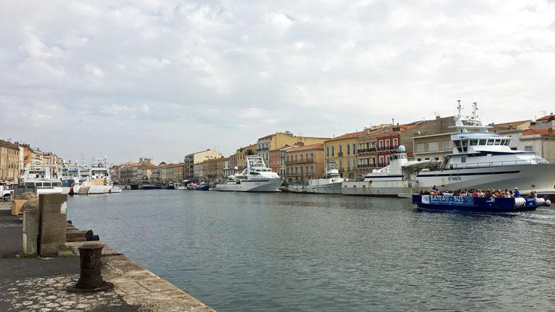 Die großen Fischerboote im Stadthafen von Sète schaffen eine ganz besondere Atmosphäre