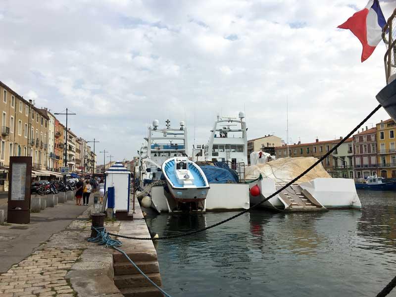 Die Präsenz der riseigen Fischereiboote im Stadtzentrum zeigt den Stellenwert der Fischerei für die Stadt Sète