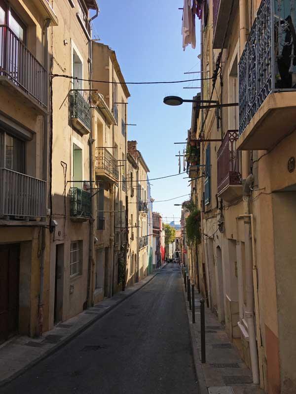 Eine der vielen Gassen in Sète mit Blick auf den Hafen