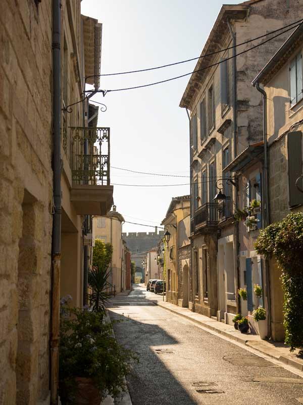 Eine typische Altstadtgasse in Aigues-Mortes