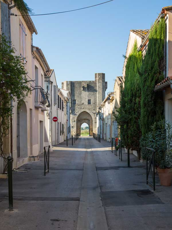 Viele Gassen der Altstadt von Aigues-Mortes münden in ein Tor