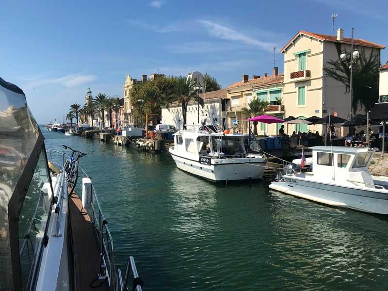 Vom Kanal her gesehen sieht Grau-du-Roi äußerst malerisch aus