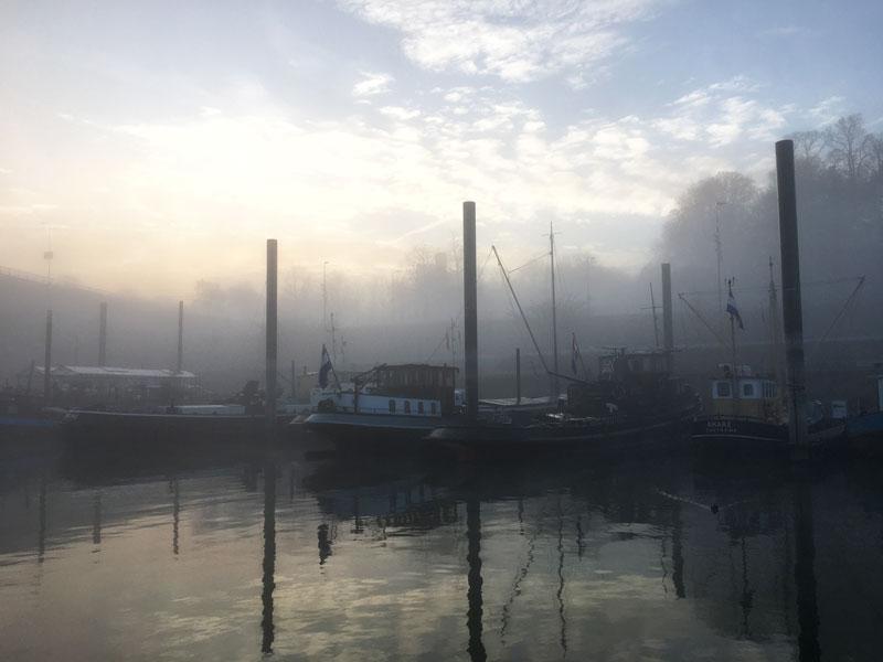 Im Morgennebel wirkt der Hafen von Nimwegen sehr romantisch