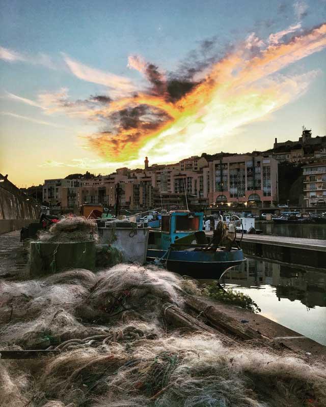 Leider geht die Sonne hinter dem Stadtberg von Sète unter, aber die Abendstimmung ist trotzdem schön