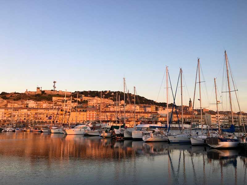 Morgens wird der Stadtberg von Sète von der Sonne rosig angestrahlt