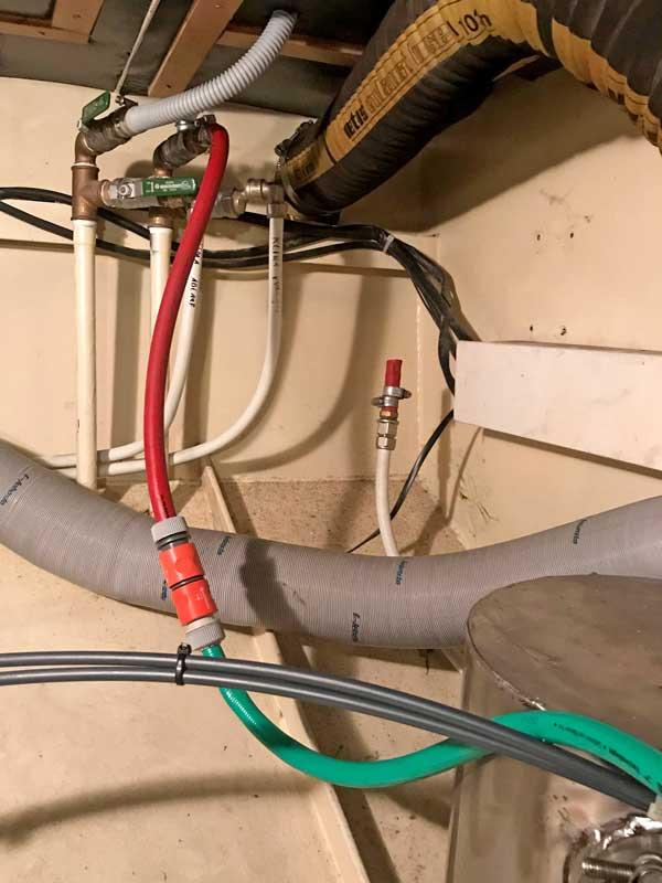 So habe ich den Gartenschlauch an die Zuleitung der Webasto Klimaanlage angeschlossen