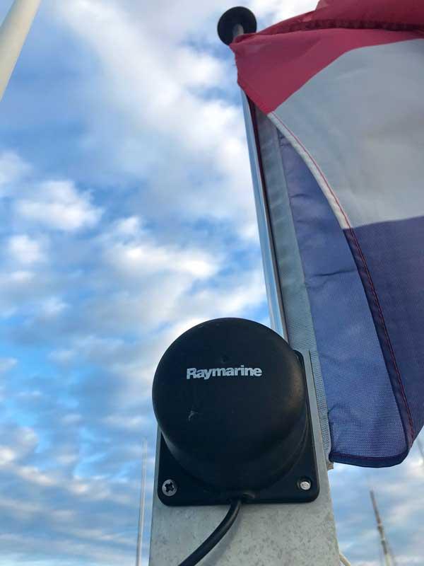 Das ist unser Raymarine Kompass, wie er auf dem Mast montiert ist