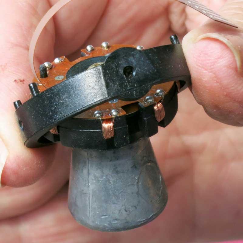 Innen hat der Raymarine Kompass einen schweren Metallzapfen