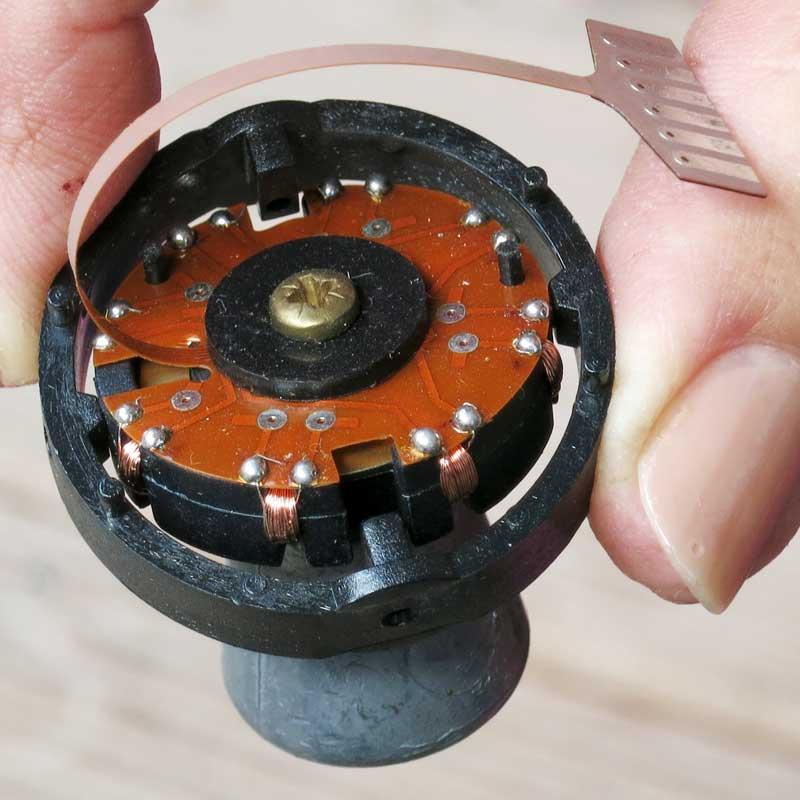 Egal, wie rum man die Fassung des Raymarine Kompasses hält, der Metallzapfen zeigt stets nach unten