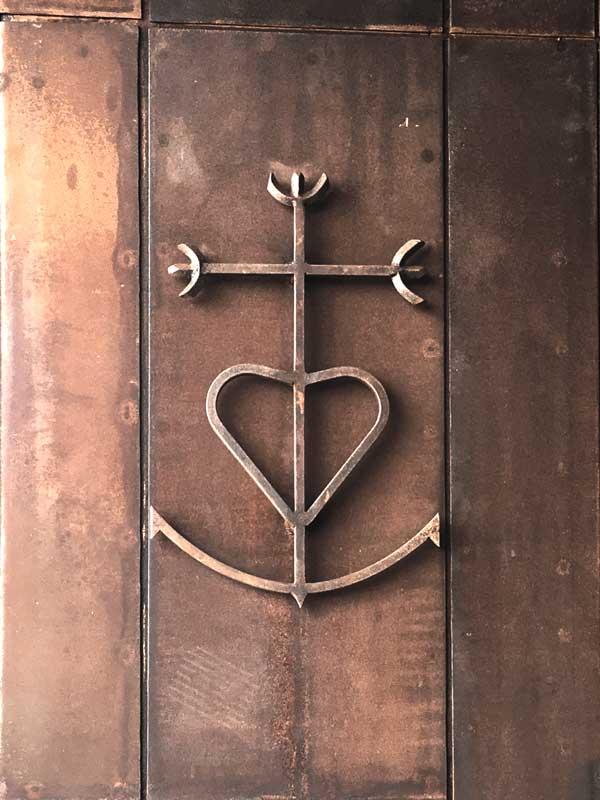 Das Camargue-Kreuz symbolisiert die drei theologischen Tugenden Glaube, Liebe und Hoffnung