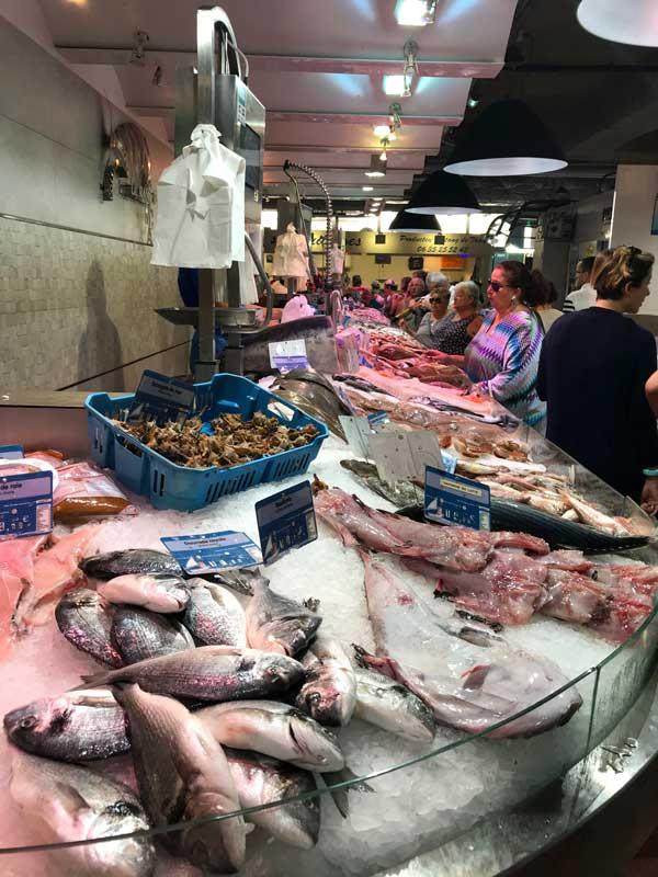 """Auch Fisch gibt es jede Menge zu kaufen in der Markthalle """"les Halles"""""""