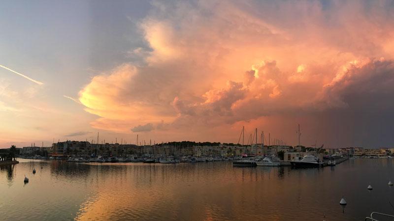 Hafen von Gruissan, Sonnenuntergang mit Gewitterwolke