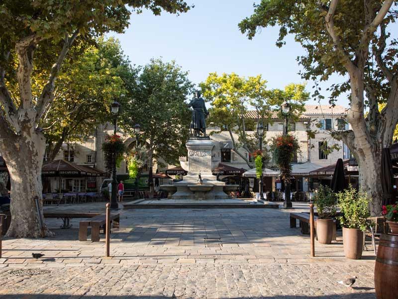 An der Place Saint-Louis findet man unzählige Cafés und Restaurants