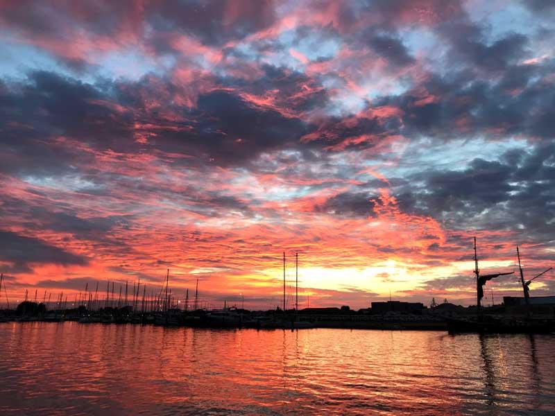 Zum Abschied schenkt uns Sète noch einen überaus farbigen Sonnenaufgang