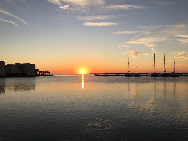 Am letzten Morgen bekommen wir nocheinmal einen besonders schönen Sonnenaufgang in Gruissan