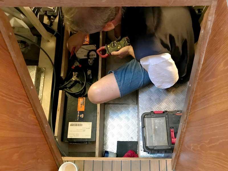 Der Techniker misst die Batterien durch
