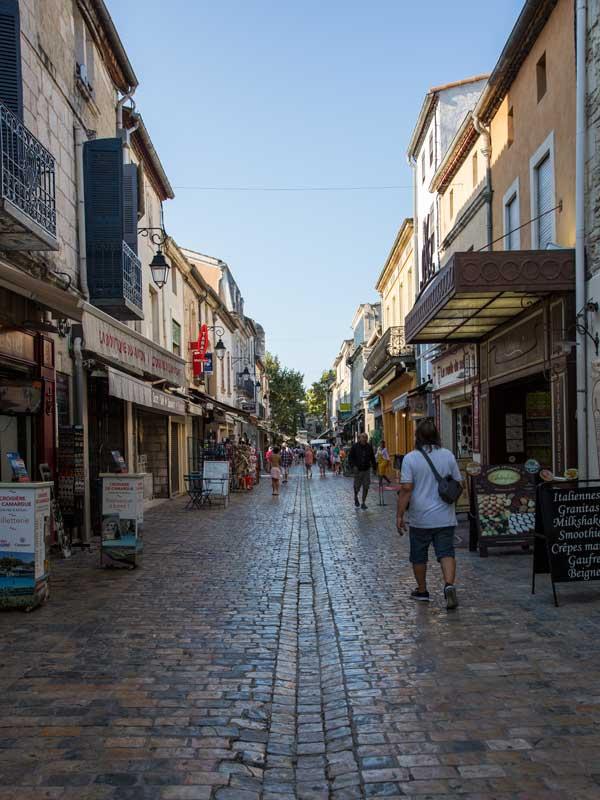 Die Grande Rue Jean Jaurès in Aigues-Mortes ist eine Straße mit vielen Souvenirläden
