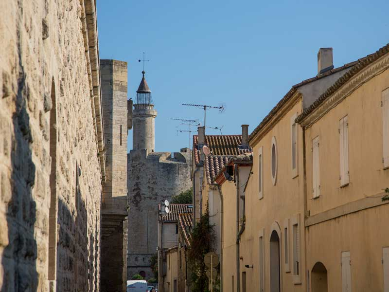 Hinter den Häusern der Altstadt erhebt sich der Tour de Constance