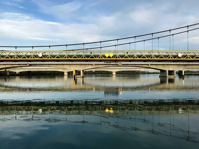 An dieser Stelle wird die Rhône von drei parallel verlaufenden Brücken überspannt