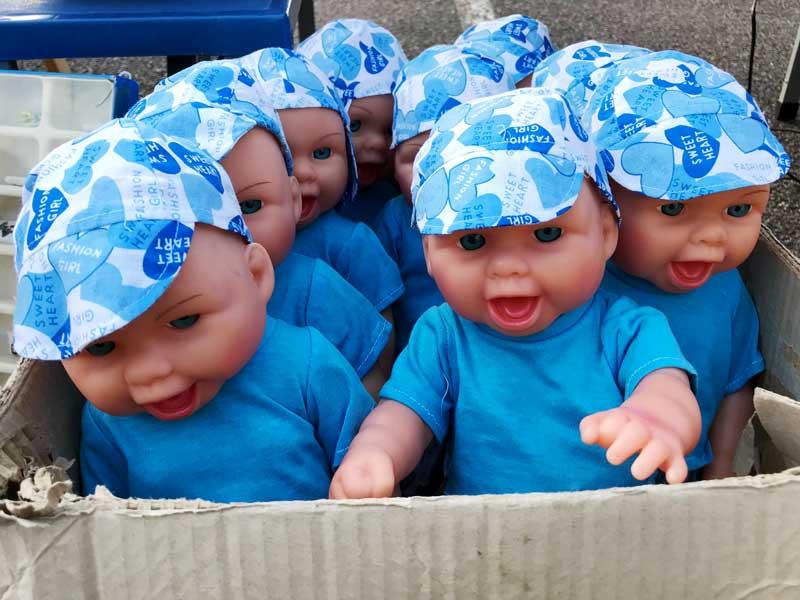 Puppen wie in der Achterbahn auf dem Flohmarkt in Chalon-sur-Saône