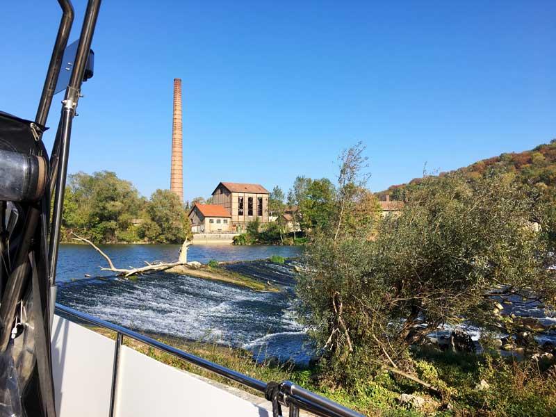 Wir liegen direkt am Wasserfall bei der alten Papiermühle von Boussières