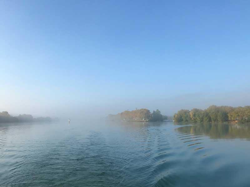 Es ist noch neblig auf der Saône, als wir aus dem Hafen von Mâcon ausfahren
